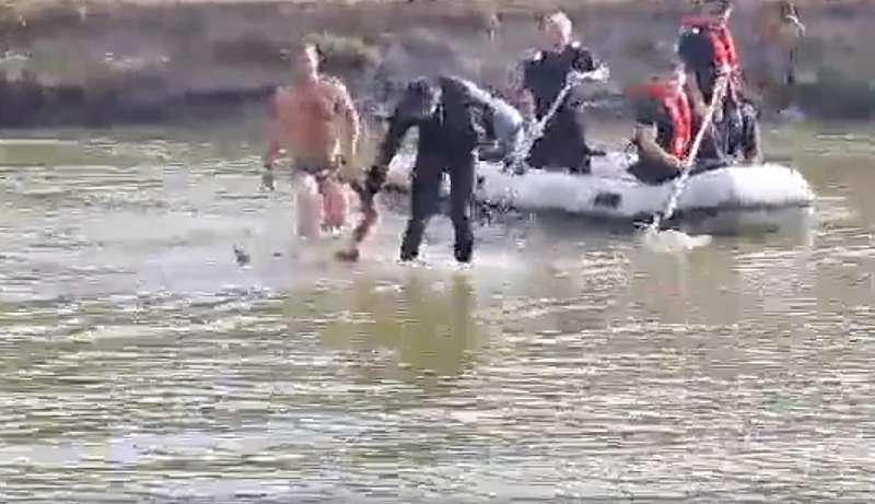Imagini şocante cu un tânăr scos de pompieri din râul în care s-a înecat. Nimeni nu a încercat să-l resusciteze – VIDEO