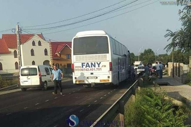 Carambol la Cuzdrioara. Un autocar și două autoturisme implicate – FOTO