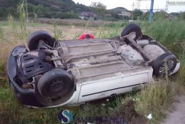 Taximetru răsturnat în șanț la ieșire din Dej. A fost izbit în plin de o mașină care depășea coloana – FOTO/VIDEO