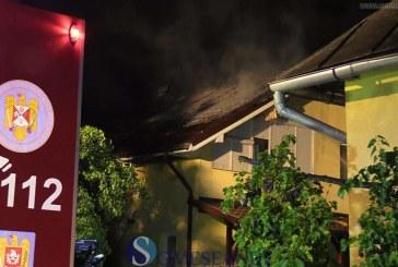 Casă lovită de trăsnet în Dâmbu Mare. Au intervenit pompierii de la Dej – VIDEO