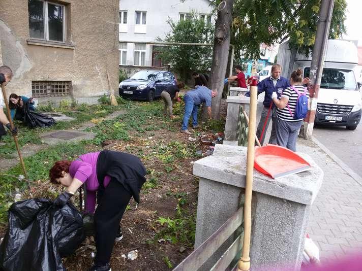 În timp ce asistații social freacă menta, o mână de dejeni s-a adunat pentru a face curățenie în zona centrală a orașului