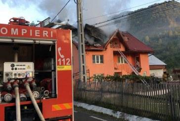 Incendiu în localitatea Cormaia. O mansardă s-a făcut scrum – FOTO