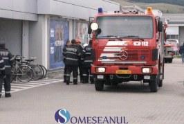 Alarmă de incendiu la un centru comercial din Gherla – VIDEO