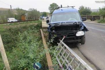Impact între două autoturisme la ieșire din Gherla spre Nicula. Un bărbat a ajuns la spital – FOTO