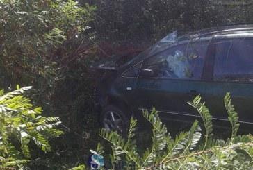 A zburat cu mașina de pe șosea până aproape pe calea ferată – FOTO