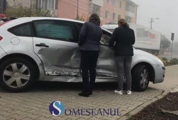 Doua mașini implicate în accident într-o intersecție din Gherla – FOTO