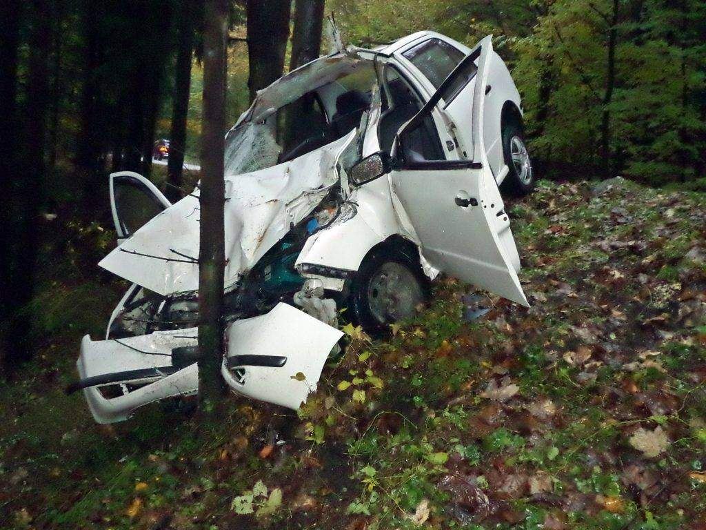 Grav accident în Baia Mare. S-a înfipt cu mașina într-un TAF, apoi într-un copac
