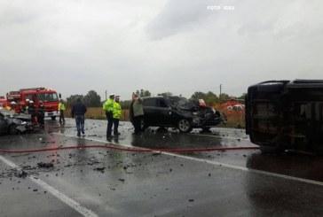Imagini sfâșietoare. Un mort și 14 răniți după un accident cu patru mașini – VIDEO