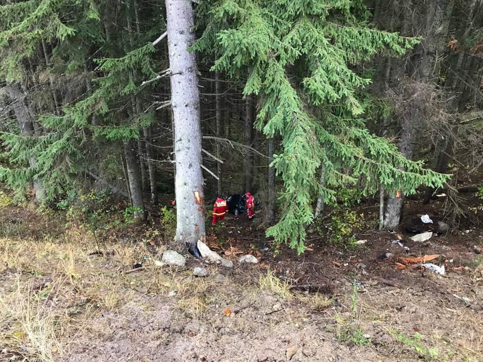 Accident în Pasul Tihuța. A zburat 30 de metri cu mașina de pe șosea – FOTO