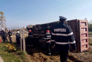 Beat la volanul unei basculante, a depășit un buldoexcavator și s-a răsturnat – FOTO