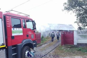 Incendiu la o gospodărie din Dej. Un grajd a luat foc – VIDEO