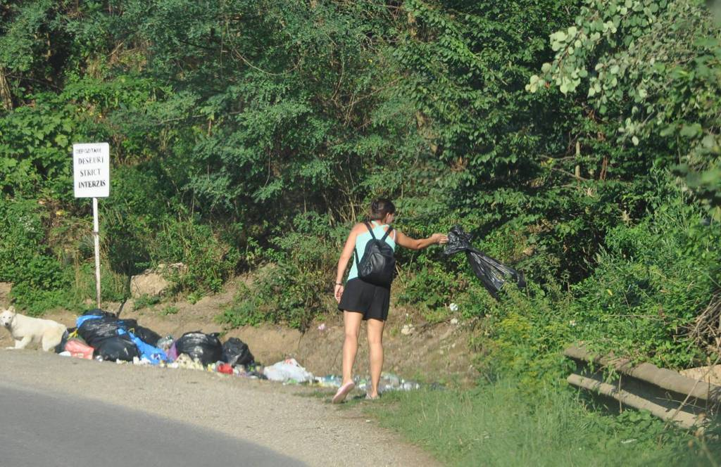 persoane arunca gunoaie tarnita (1)