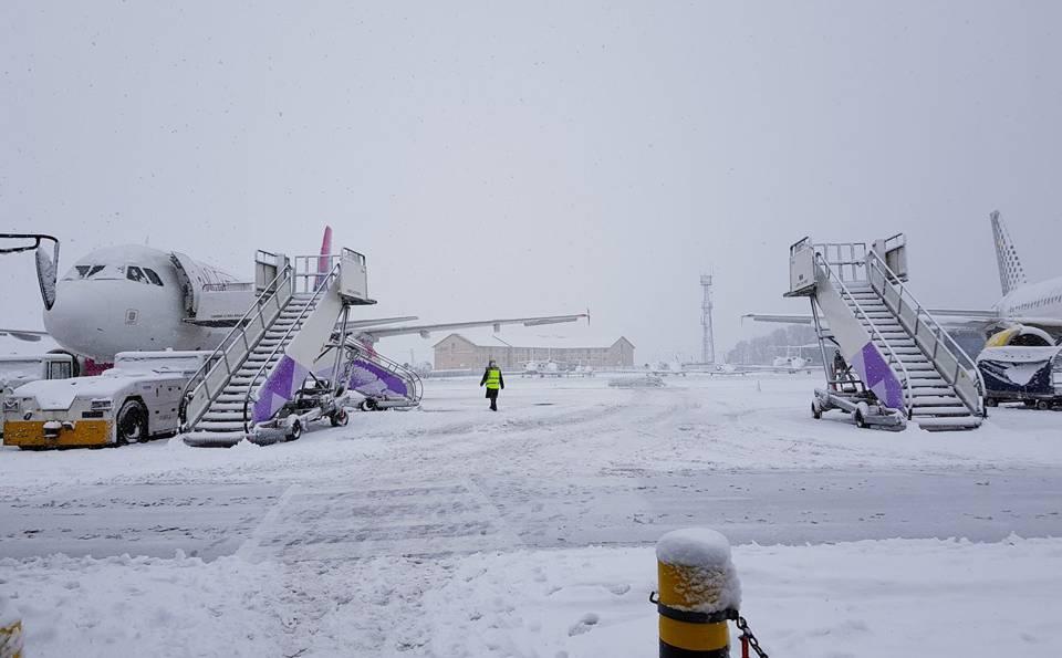 aeroport luton blocat zapada