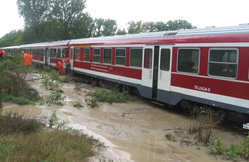 aluviuni inundatii calea ferata tren blocat