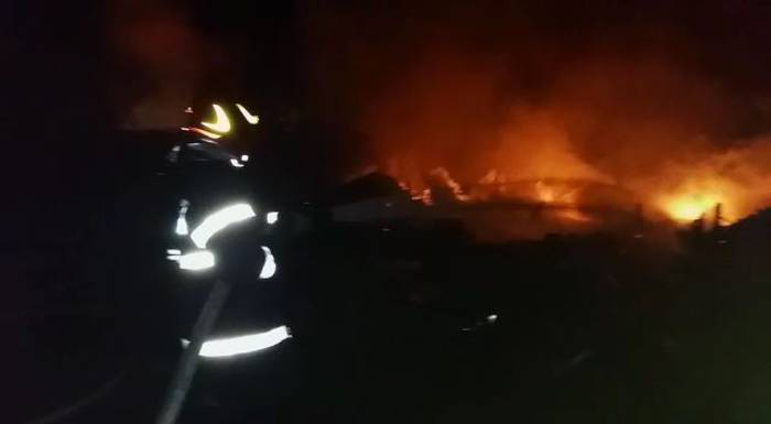 incendiu magazii lemne blocuri borsa (4)