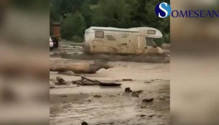 turisti blocati rulota inundatii barsana maramures
