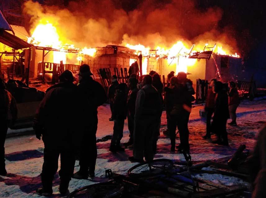 Două case cuprinse de flăcări la Viile Tecii
