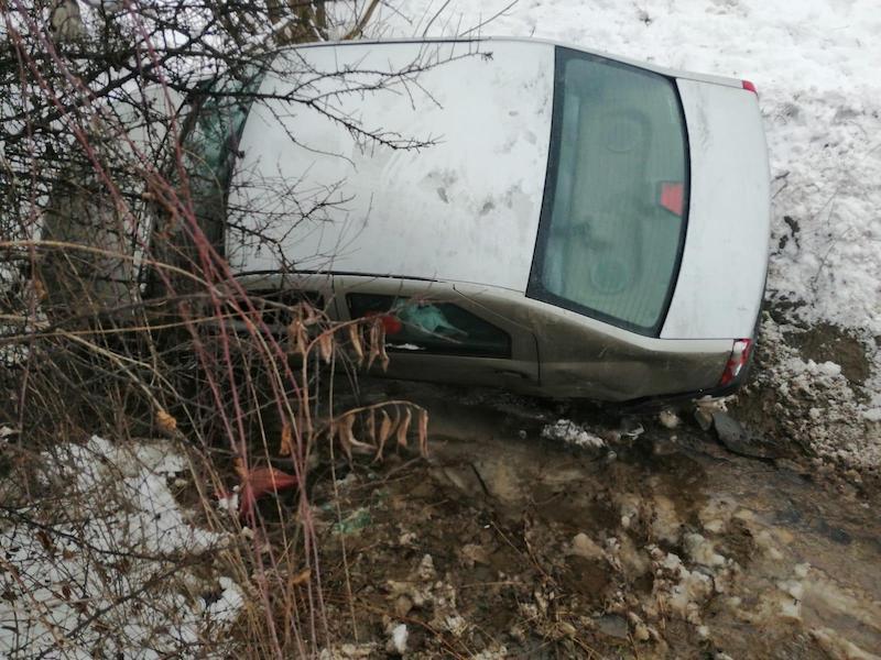 FOTO – Trei mașini implicate într-un accident. Responsabil, un tânăr de 18 ani